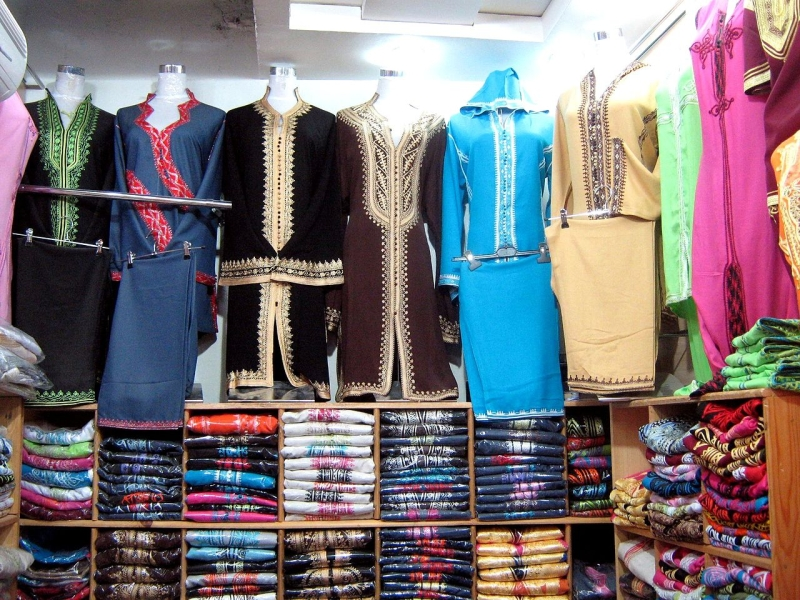Original source: https://upload.wikimedia.org/wikipedia/commons/thumb/4/48/Traditional_clothing_in_Morocco-2.jpg/1280px-Traditional_clothing_in_Morocco-2.jpg