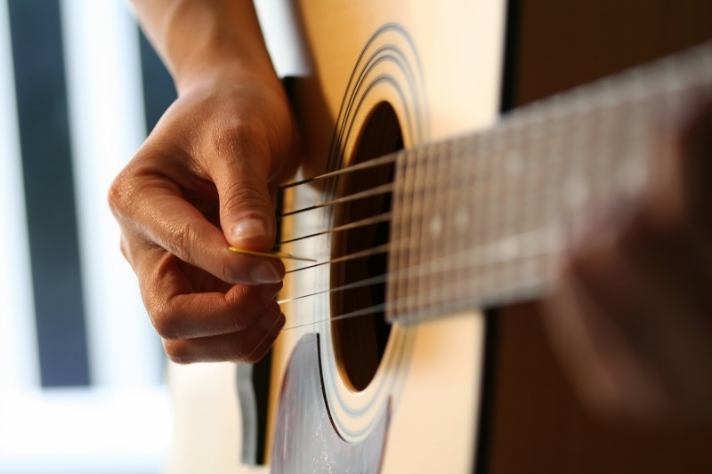 Original source: http://www.accentmusicottawa.com/wp-content/uploads/2015/11/Guitar-Lessons-For-Beginners.jpg