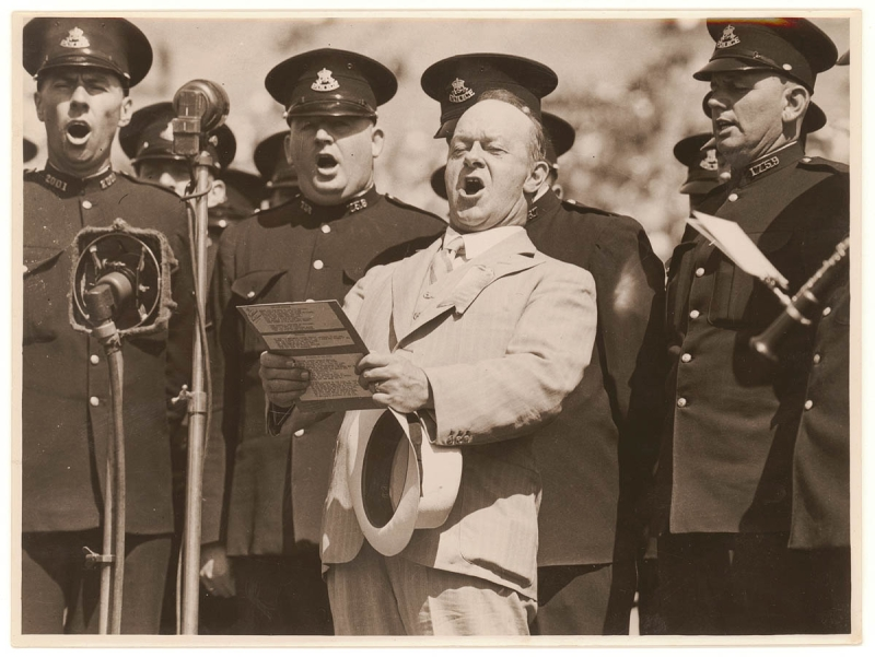 Original source: https://upload.wikimedia.org/wikipedia/commons/b/b9/Peter_Dawson_singing_with_New_South_Wales_Police%2C_1930%27s_Sam_Hood.jpg