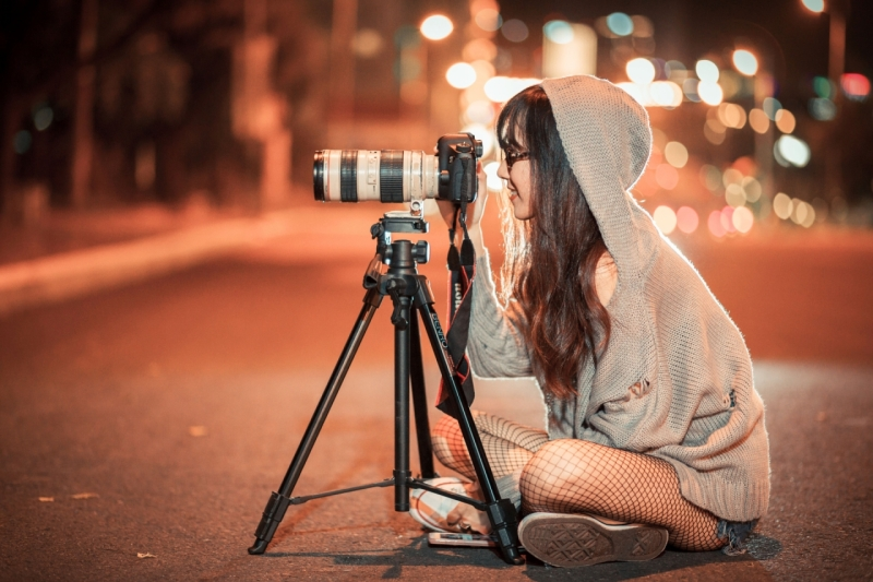 Original source: https://media.fshoq.com/images/88/girl-photographer-taking-a-picture-outdoors-during-the-night-88-small.jpg