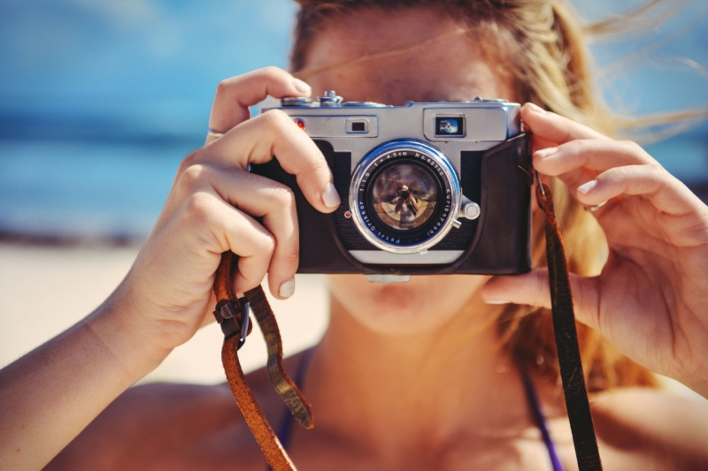 Original source: https://media.fshoq.com/images/92/blond-girl-holding-retro-vintage-camera-taking-a-photo-during-the-vacation-92-small.jpg