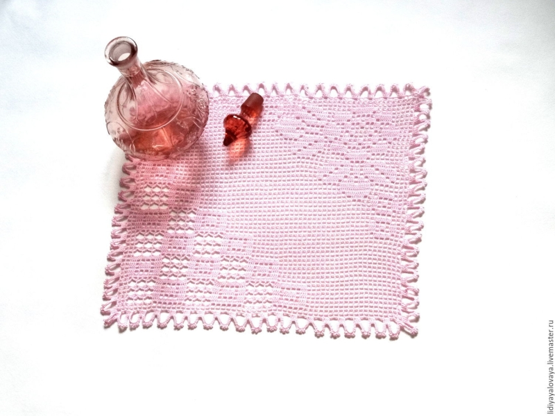 Original source: https://cs1.livemaster.ru/storage/7c/f7/d63d5fc5576f76f56bc68faaf6ys--doilies-square-doily-crochet-roses-cells.jpg