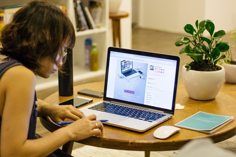 Original source: https://upload.wikimedia.org/wikipedia/commons/thumb/d/d0/Woman_working_behind_computer.jpg/1280px-Woman_working_behind_computer.jpg