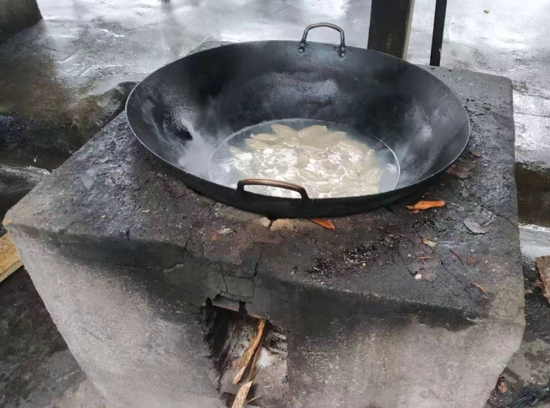 Original source: https://upload.wikimedia.org/wikipedia/commons/c/cf/Cooking_with_a_wok_on_an_outdoor_stove_2.jpg
