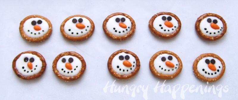 Original source: http://3.bp.blogspot.com/-aRmy5D2C4hw/UO2EXHuuizI/AAAAAAAAHhI/GVw_pdW2u3s/s1600/round+pretzel+snowman+treats,+Christmas+candy+recipes,+winter+party+treats+for+kids+.jpg