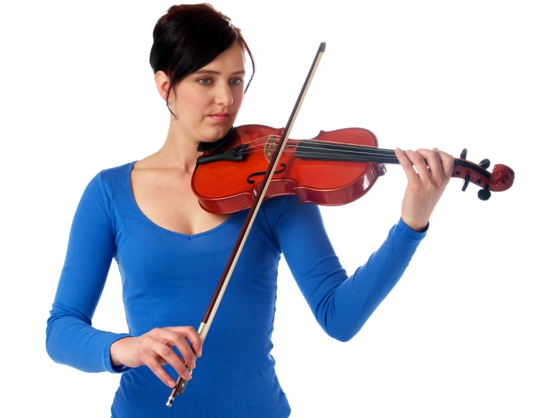 Original source: http://cdn5.learntoplaymusic.com/blog/wp-content/uploads/2014/09/Arco-How-to-Hold-a-Violin.jpg