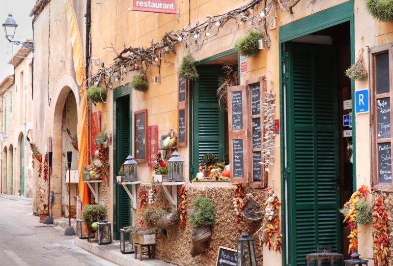 Original source: https://media.fshoq.com/images/408/spanish-street-shops-and-restaurants-408-small.jpg