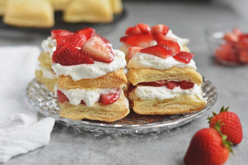 Original source: https://emeals-menubuilder.s3.amazonaws.com/v1/recipes/522980/pictures/large_694-strawberry-puff-pastry-shortcakes.jpg