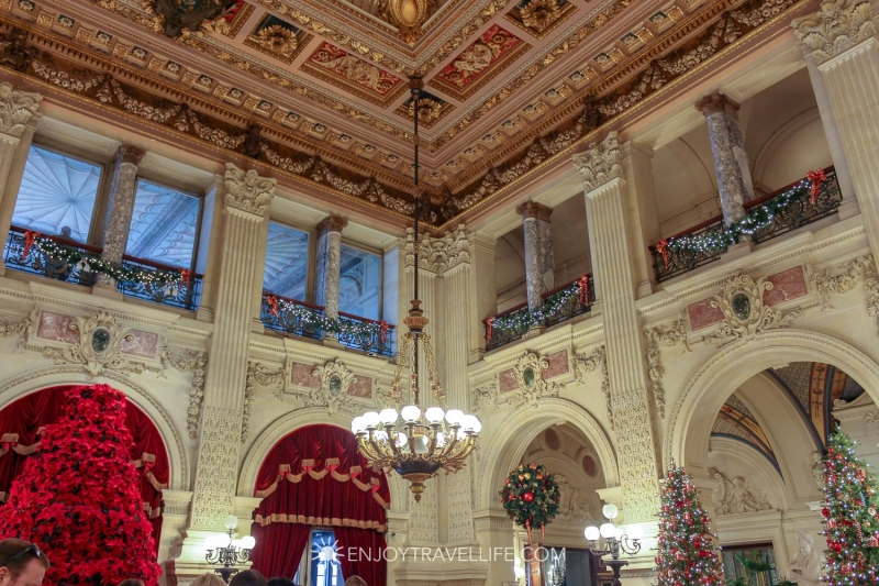 Original source: https://i1.wp.com/enjoytravellife.com/wp-content/uploads/2018/12/Travel-Rhode-Island-Newport-Mansions-Holiday-Events-The-Breakers-Great-Hall.jpg?ssl=1
