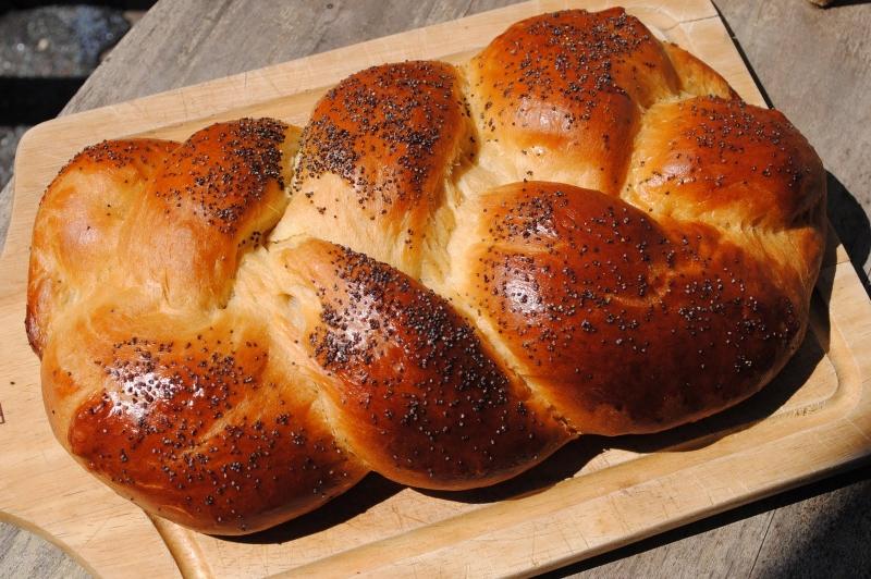 Original source: http://2.bp.blogspot.com/_6DK2_1S2vng/S-nDZ1nrY6I/AAAAAAAAAes/c0tdX5g46k8/s1600/challah2.jpg