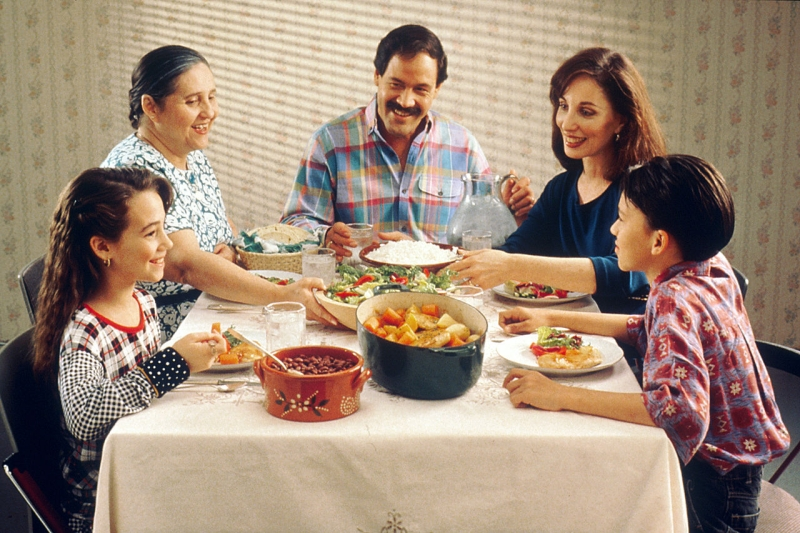 Original source: https://upload.wikimedia.org/wikipedia/commons/thumb/f/fa/Family_eating_meal.jpg/1280px-Family_eating_meal.jpg