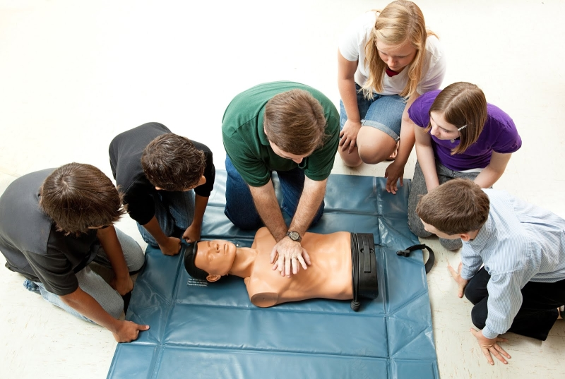 Original source: http://4.bp.blogspot.com/-eKDJpdTNvxg/Vt9VSmpk8AI/AAAAAAAAjnQ/DW8wARyw_iQ/s1600/cardio-pulmonary-resuscitation.jpg
