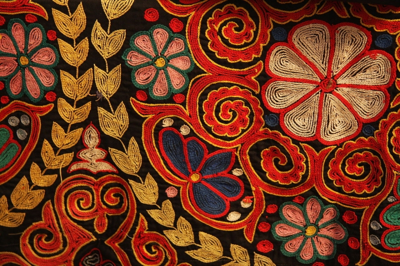Original source: https://upload.wikimedia.org/wikipedia/commons/thumb/9/99/Kazakh_rug_chain_stitch_embroidery.jpg/1280px-Kazakh_rug_chain_stitch_embroidery.jpg