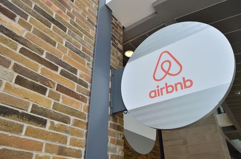 Original source: https://upload.wikimedia.org/wikipedia/commons/thumb/9/94/AirbnbToronto5.jpg/1280px-AirbnbToronto5.jpg