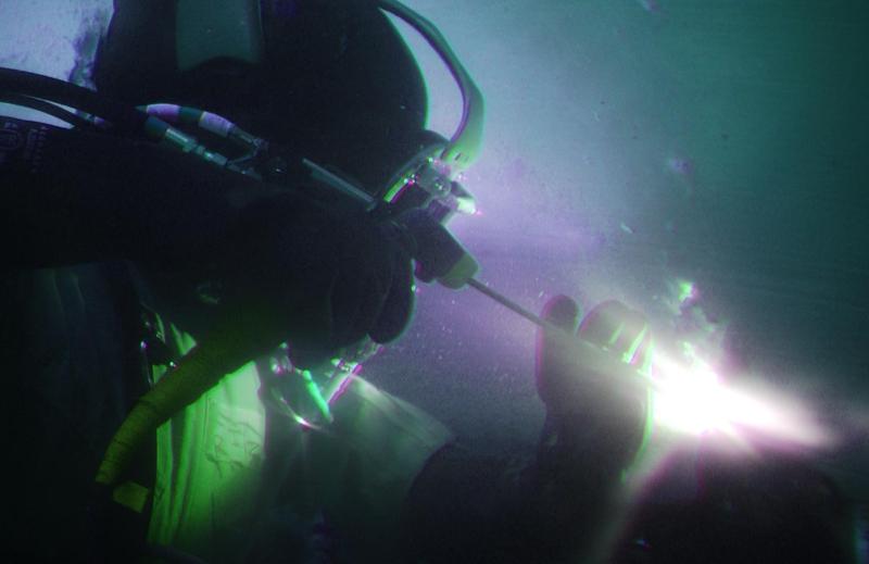 Original source: https://www.commercialdivingacademy.com/skins/userfiles/images/underwater-welder-goes-hot.jpg