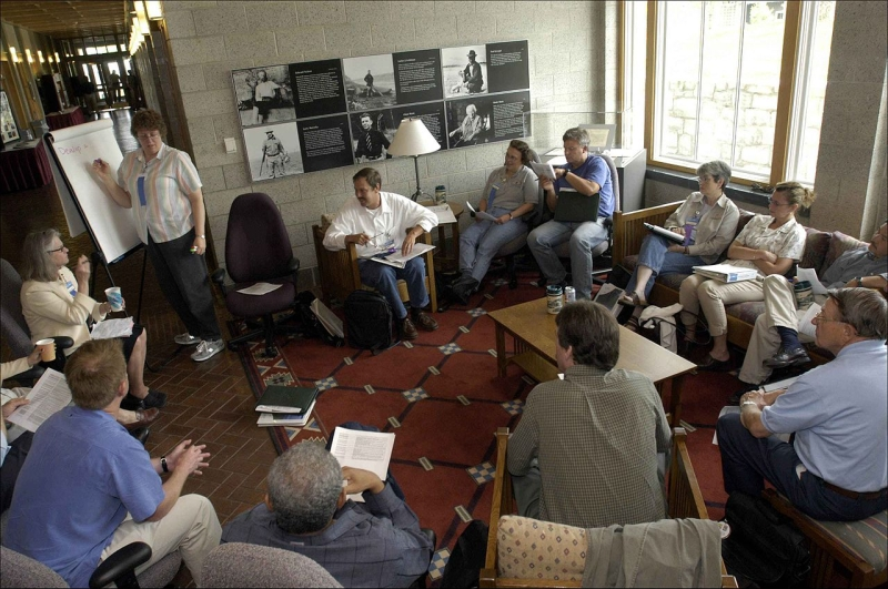 Original source: https://upload.wikimedia.org/wikipedia/commons/thumb/e/e8/People_in_small_discussion_group_meeting.jpg/1280px-People_in_small_discussion_group_meeting.jpg
