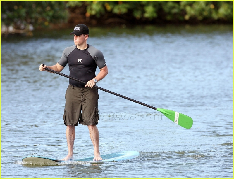 Original source: http://cdn01.cdn.justjared.com/wp-content/uploads/2007/06/damon-garner/03-matt-damon-paddle-boarding.jpg