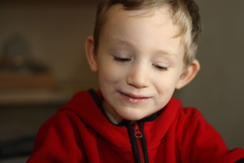 Original source: https://upload.wikimedia.org/wikipedia/commons/thumb/a/a0/Boy_with_Autism.jpg/1280px-Boy_with_Autism.jpg