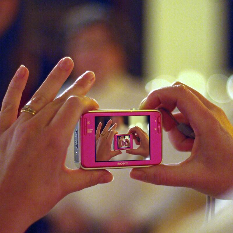Original source: http://foto-ruta.com/wp-content/uploads/2013/08/Foto-Ruta-point-and-shoot-photography-kevin-dooley.jpg