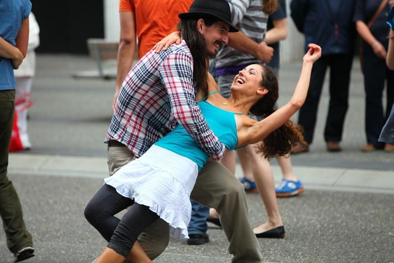 Original source: https://upload.wikimedia.org/wikipedia/commons/thumb/0/0c/Swing_Dancing_on_Granville_Street_%287627343630%29.jpg/1280px-Swing_Dancing_on_Granville_Street_%287627343630%29.jpg