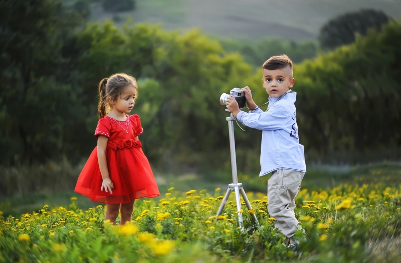 Original source: https://media.fshoq.com/images/105/children-taking-photo-session-on-the-meadow-105-small.jpg