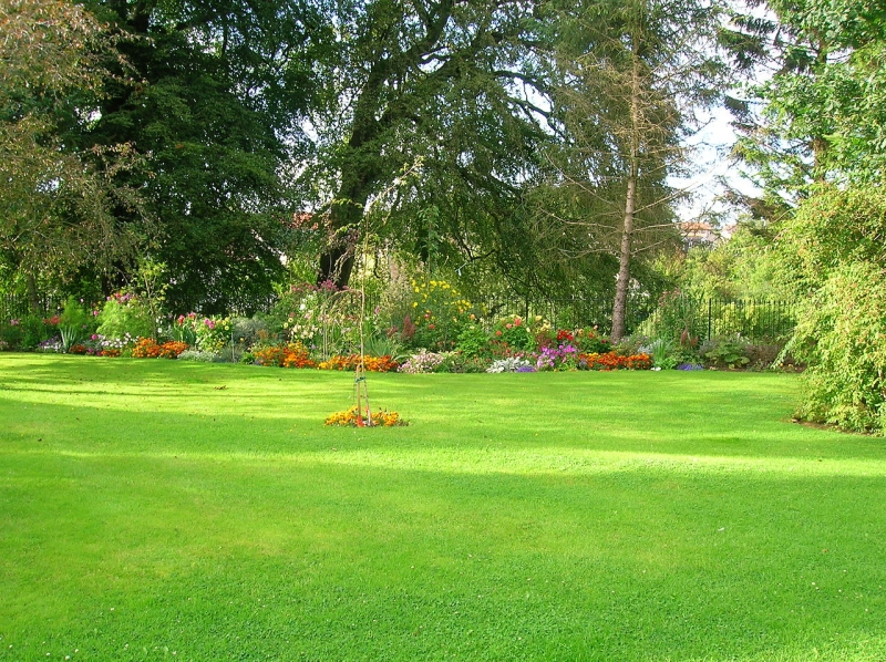 Original source: https://upload.wikimedia.org/wikipedia/commons/thumb/9/96/Kilmaurs_Place%2C_lawn_and_flower_beds.JPG/1280px-Kilmaurs_Place%2C_lawn_and_flower_beds.JPG