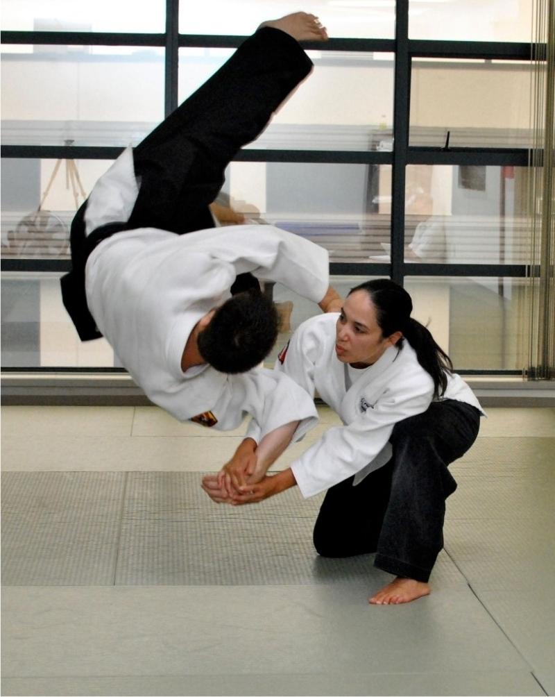 Original source: http://pacificwavejiujitsu.com/resources/jiu_jitsu_instructors_lori.jpg
