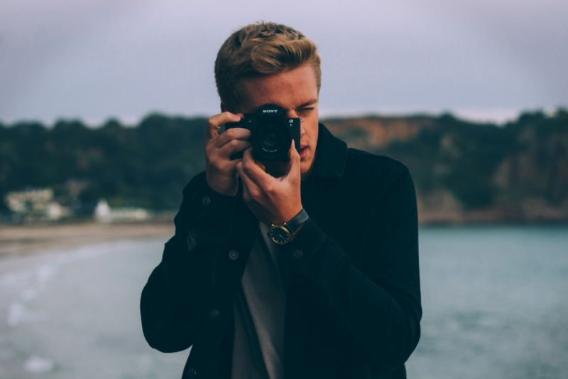 Original source: https://media.fshoq.com/images/326/young-man-and-photographer-on-the-beach-and-sea-with-sony-camera-326-small.jpg