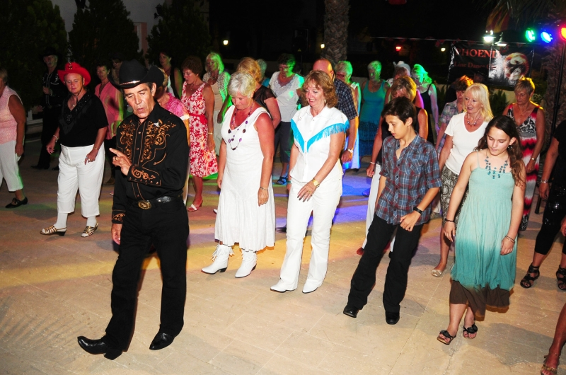 Original source: https://phoenixldc.files.wordpress.com/2011/06/steve-walking-through-beginner-winner-line-dance-by-sue-marshall.jpg
