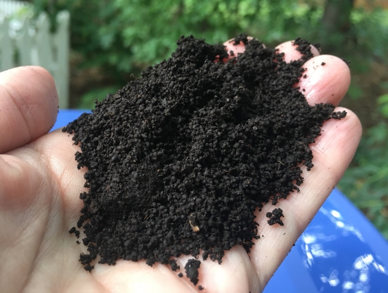 Original source: https://edge.bonnieplants.com/www/uploads/20181004185736/worm-composting_worm-castings_web.jpg